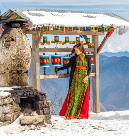 Lilia roztáčí modlitební mlýnky ukláštera Kila Gompa