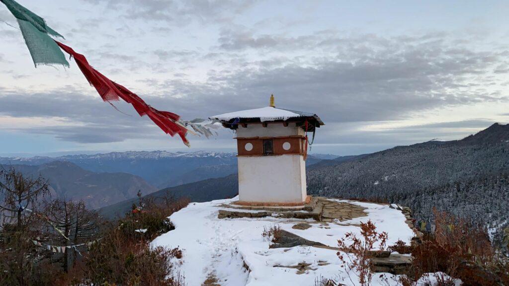 Zrekonstruovaná stúpa ana pozadí Himaláje