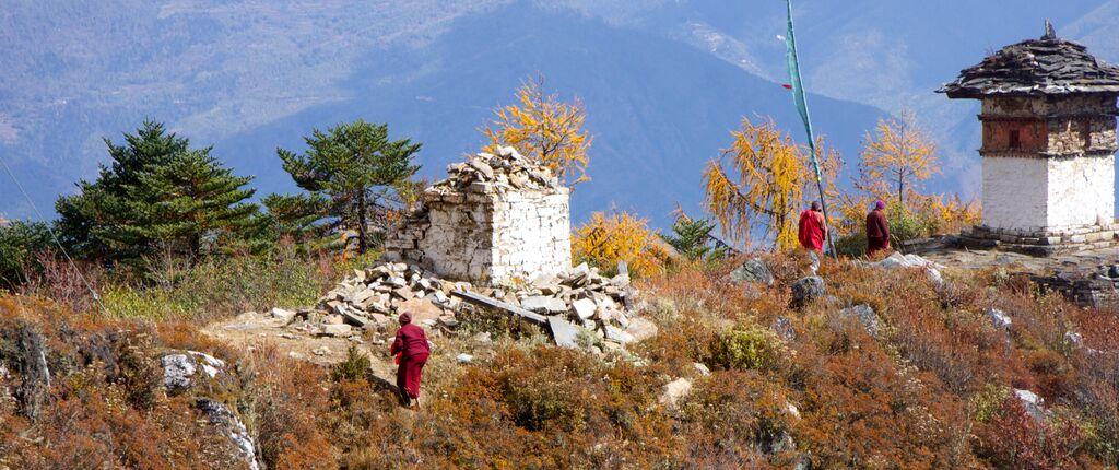 Zemětřesením zničené starověké stúpy ukláštera Kila Gompa